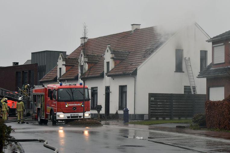 De brandweer aan de getroffen woning