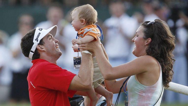 Keegan Bradley krijgt na zijn PGA-zege zijn 10 maanden oude neefje overhandigd. Beeld reuters