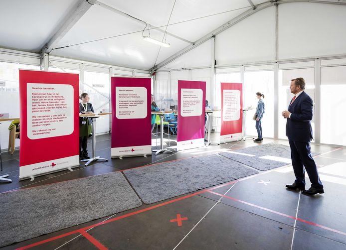 Koning Willem-Alexander in de tent bij het Jeroen Bosch ziekenhuis waar patiënten zich kunnen melden.