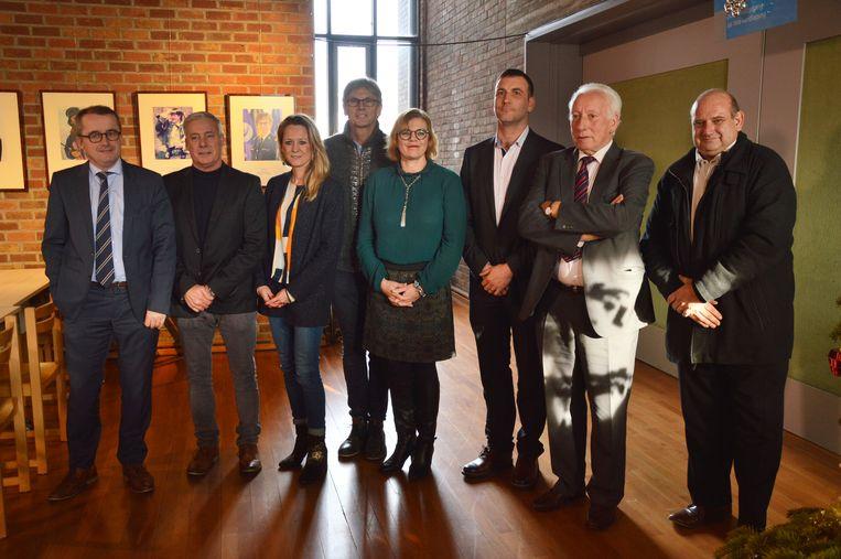 De nieuwe coalitie met Henri Evenepoel (Open Vld), Marc Torrekens (Open Vld), Katie Coppens (Samen), Joost Arents (N-VA), burgemeester Tania De Jonge (Open Vld), Wouter Vande Winkel (Samen), Michel Casteur (Open Vld) en Alain Triest (Open Vld).