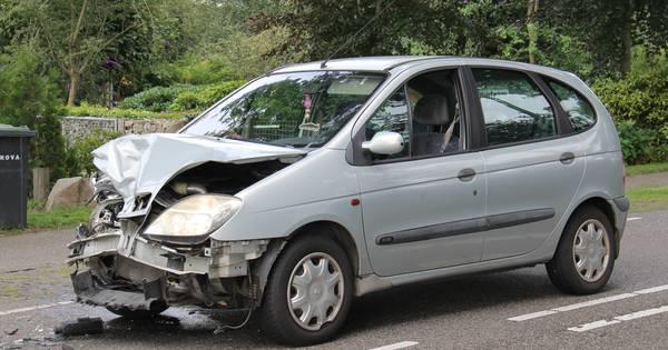 Flinke schade na botsing tussen auto's bij Onna.