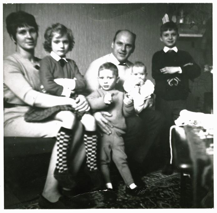 Moeder Stien, Sonja, Gerard, Vader Willem sr., Astrid en Wim in 1966. Foto afkomstig uit het boek Judas.
