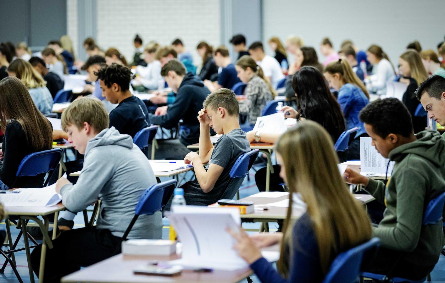 In 2019 maakten leerlingen van middelbare school Walewyc mavo nog op deze manier eindexamen: samen in de gymzaal. Dat kan in 2021 niet, stelt D66.