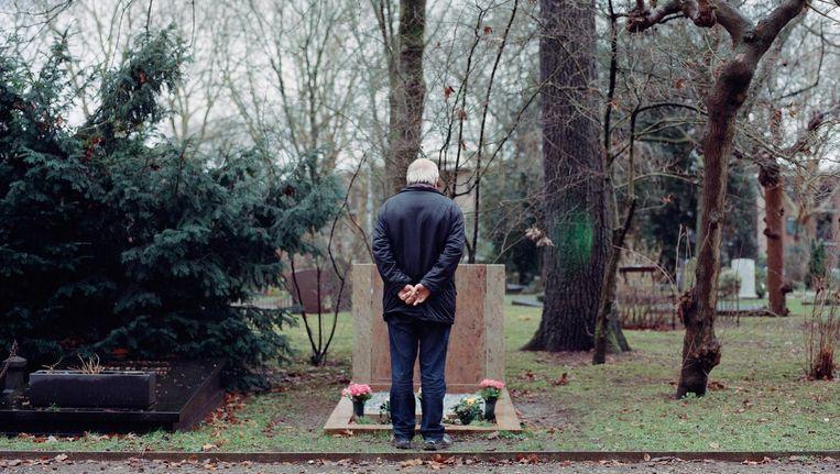 Theo Sol bij het graf van zijn vrouw Izeke. Hij is er elke dag. 'Thuis word ik zó verdrietig, dat ik hierheen moet.' Beeld Maarten Boswijk