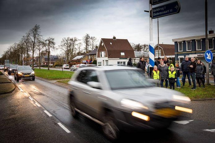 Buurtbewoners van Den Hulst in Nieuwleusen zijn het hard rijdende verkeer en de chaos in de ochtendspits op de kruising N377 en de Backxlaan zat en komen in actie.