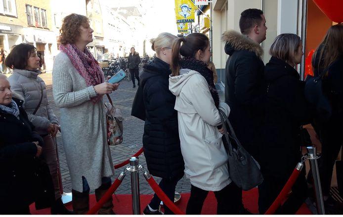 Bezoekers van de H&M worden via een rode loper verwelkomd.