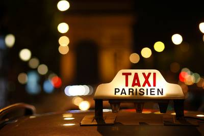 Il refuse de payer la course, le taxi le conduit au commissariat
