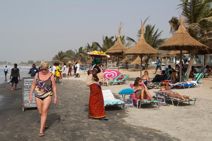 Toeristen op Djembe beach in Gambia.