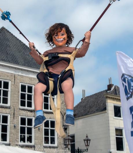 Vijfde Spelen bij de Peperbus groot succes: Bergse Grote Markt vol met spelende kinderen