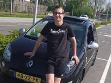 Jonno (19) verongelukt in zijn geliefde auto Rory; vrienden eren hem met stoet