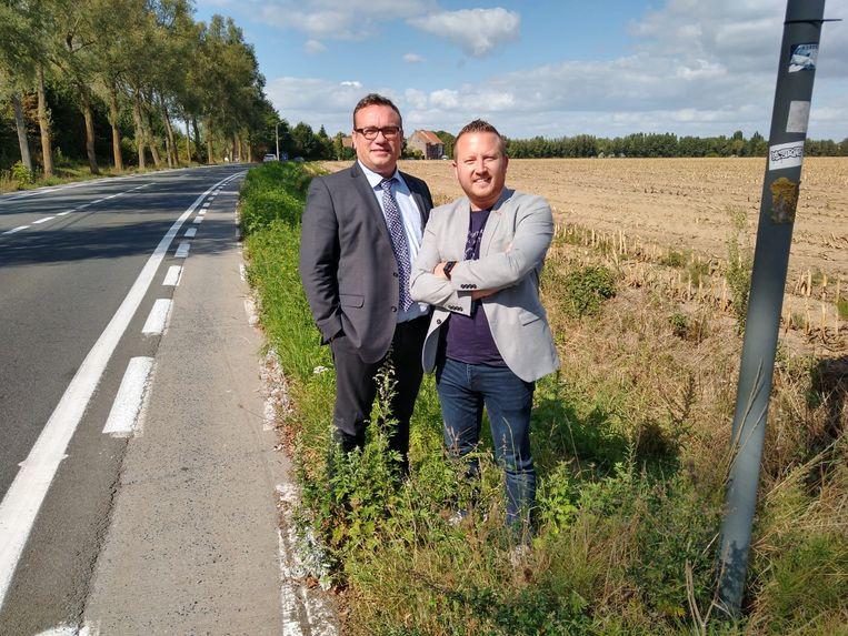 Jurgen Vanlerberghe en Axel Weydts in de Overzetweg, waar het nieuwe fietspad komt. Het huidige is onveilig: het is te smal en ligt te dicht bij de rijbaan.