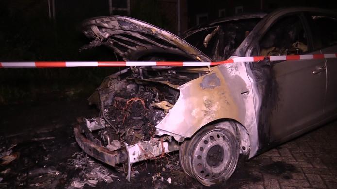 Eén van de in brand gestoken voertuigen.