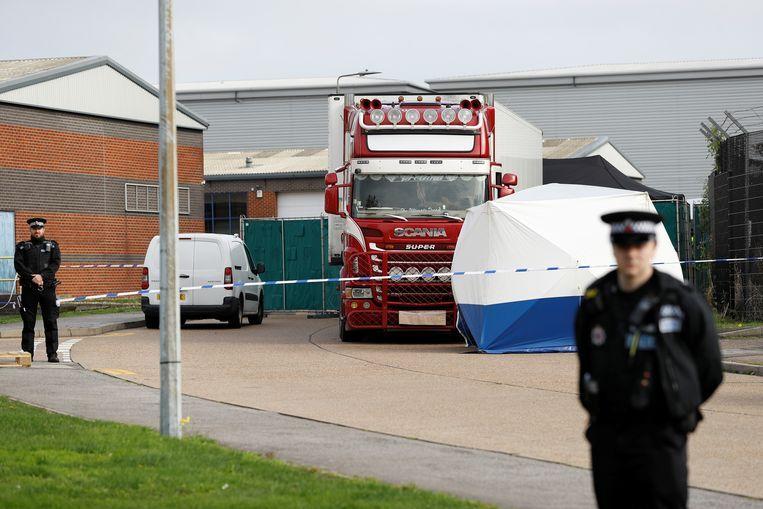Politie bij de vrachtwagen in Grays waarin dinsdag 39 dode migranten werden ontdekt. Beeld Reuters