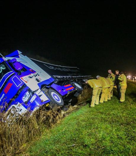 Vrachtwagen belandt in sloot in Aarle-Rixtel