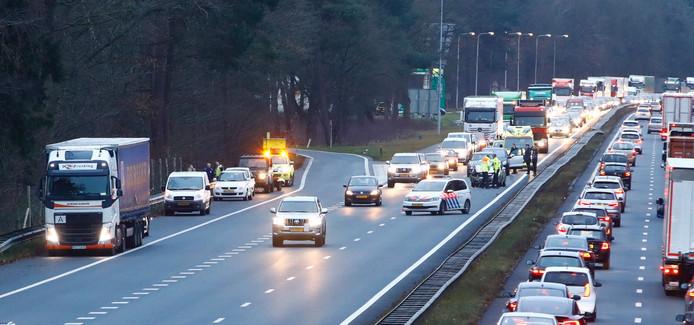 Er stonden donderdagochtend veel files op de A28. Onder meer bij Wezep, waar een ongeval gebeurde.
