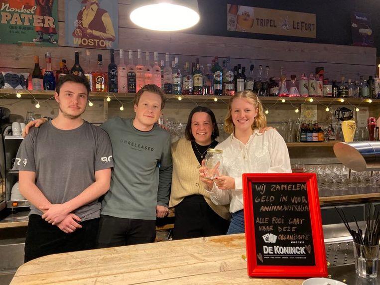 Het team van Café De Pastorie. V.l.n.r: jobstudent Simon, manager Bert Andriessen, jobstudente Marie en initiatiefneemster Renée Van Den Bergh.