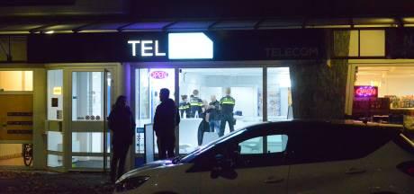 Telefoonwinkel in Rijswijk overvallen, zoektocht naar man met donkere winterjas en blauw mondmasker