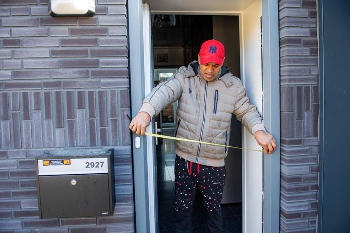 Bewoner Jimmy Zimmermann meet de breedte van de nieuwe deurpost. Die blijkt 7 centimeter te smal.