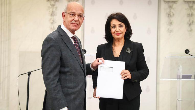Informateur Gerrit Zalm, die de afgelopen maanden de onderhandelingen over een nieuw kabinet leidde, overhandigt het regeerakkoord aan Kamervoorzitter Khadija Arib in de Tweede Kamer. Beeld anp