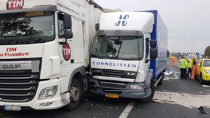 Flinke verkeershinder op A12 na botsing tussen vrachtwagens.