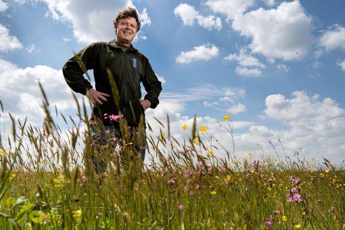 Boswachter Fons Mandigers van Natuurmonumenten temidden van de bloemenpracht van het Vlijmens Ven.