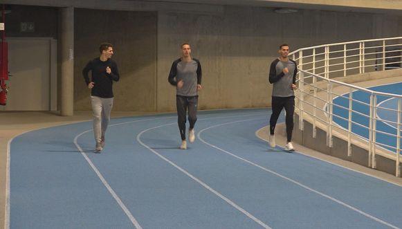 De broers Borlée houden afstand tijdens het loslopen.