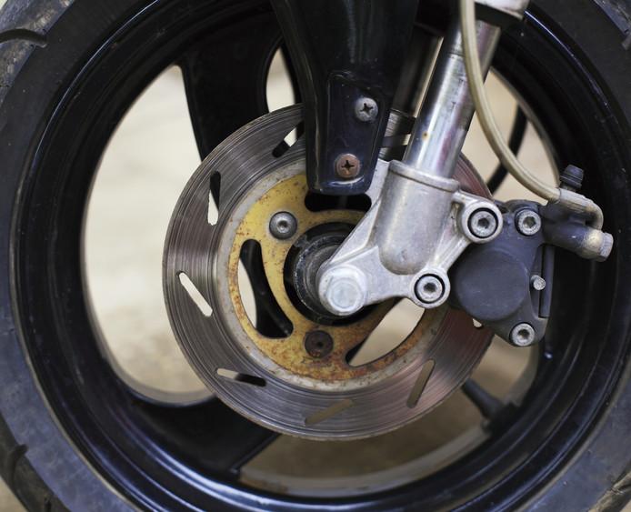 Het wiel van een brommer.