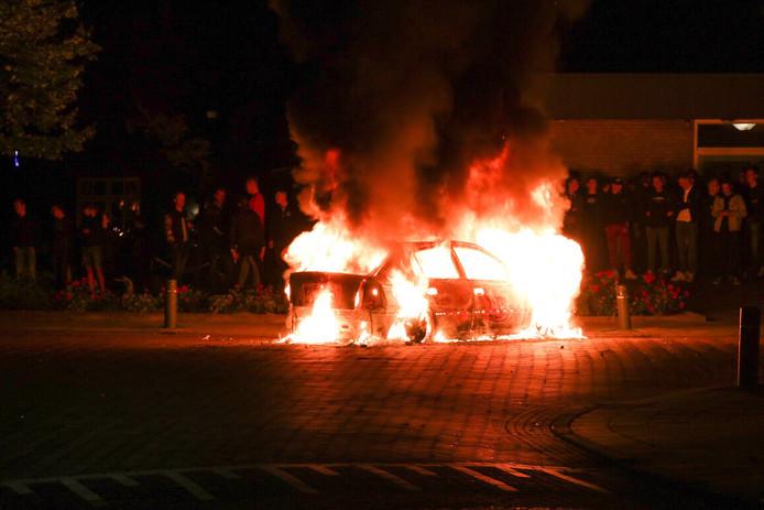 Auto in vuur en vlam op berucht kruispunt in Veen.