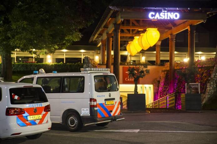 Politie bij het casino, na de nachtelijke overval. foto Marcel van Dorst/Maric Media