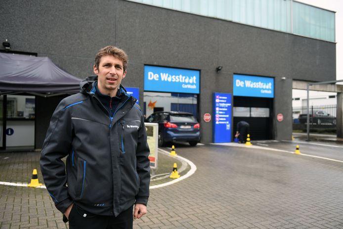 Zaakvoerder Stijn Scheys aan De Wasstraat langs de Brusselsesteenweg in Herent.