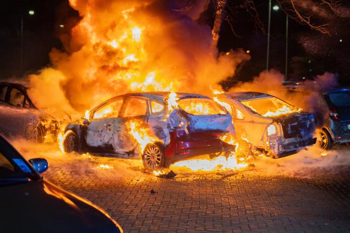 Vier auto's zijn volledig verwoest.