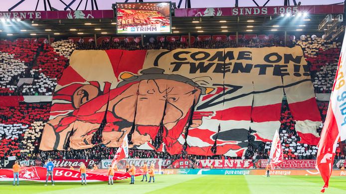 Voor de derby maakten de fans van FC Twente indruk met een prachtige sfeeractie.