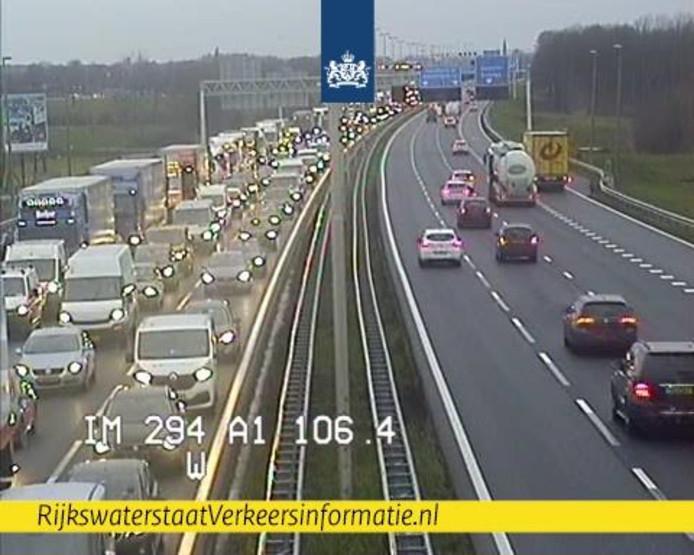 De A1 tussen Apeldoorn en Hengelo werd deels afgesloten nadat er glas op de weg terecht is gekomen in de dinsdagmiddagspits.