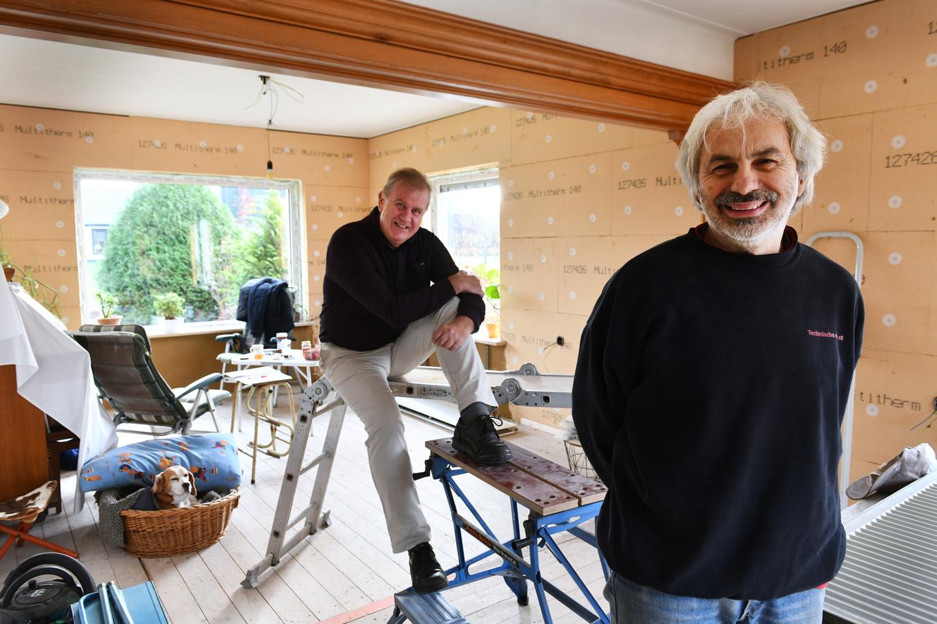 Samen werken in groen energie Jan (wiite broek) en Andries.