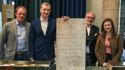 Koppel schenkt ontdekte herdenkingssteen aan In Flanders Fields Museum