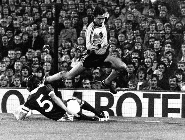 Johan Cruijff glipt langs de Noord-Ierse verdediger Allan Hunter.