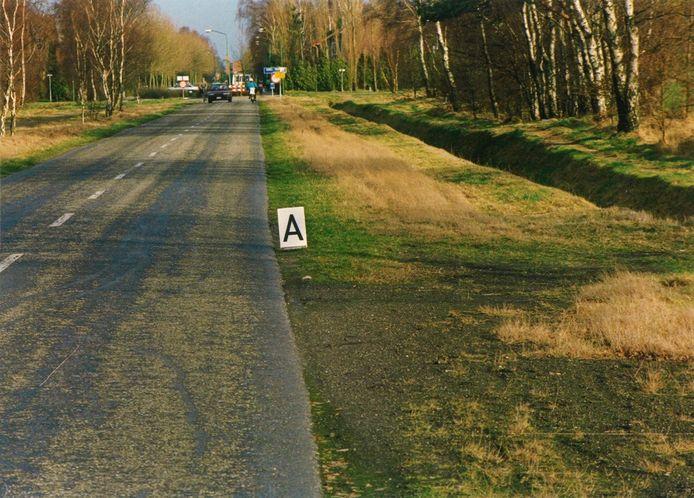 Politiefoto uit onderzoek naar de moord op Annouschka Weezenbeek. Het bordje met 'A' geeft de vindplaats aan van haar fiets op de Sint Barbaraweg in Budel-Dorplein.