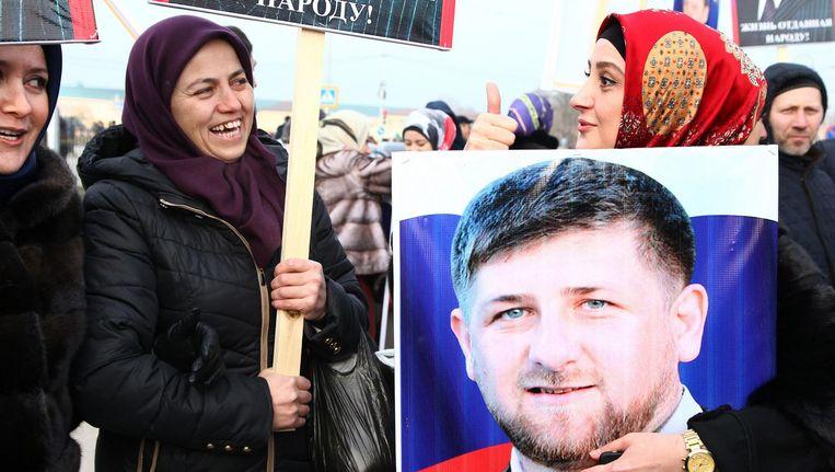 Demonstranten gaan in 2016 de straat op om hun steun aan Kadyrov te tonen. Beeld afp