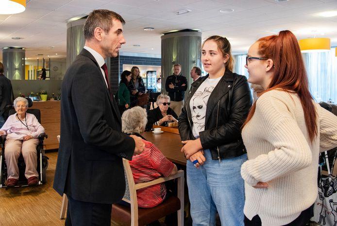 Staatssecretaris Blokhuis (Volksgezondheid) bezoekt een woon-zorgcentrum waar leerlingen hun maatschappelijke diensttijd vervullen.