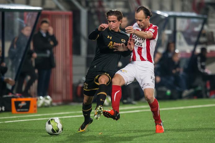 Niels Fleuren (rechts) in actie voor FC Oss.