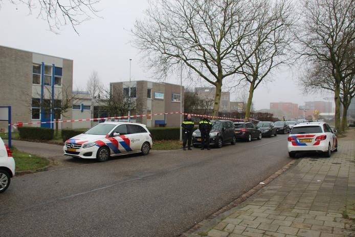 De politie doet onderzoek in en rond de school.