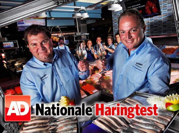 Alain en Dennis Simonis proosten met hun personeelsleden op de eerste plaats in de AD Haringtest 2011. FOTO'S PIM RAS