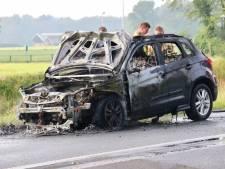 Auto volledig uitgebrand op Denekamperstraat
