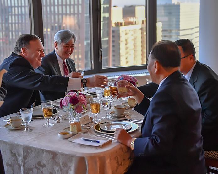 Pompeo deelde foto's, waarop te zien is hoe de heren lachend het glas heffen.