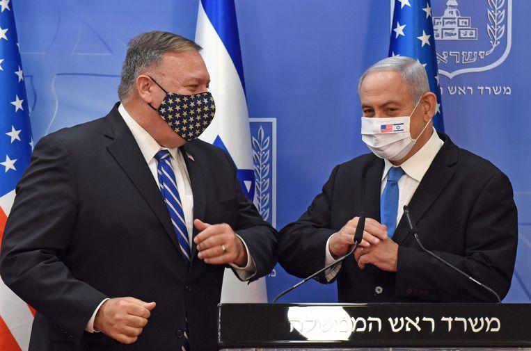 De Amerikaanse minister van buitenlandse zaken Mike Pompeo (l.) en de Israëlische premier Benjamin Netanyahu geven samen een persverklaring. Beeld AFP