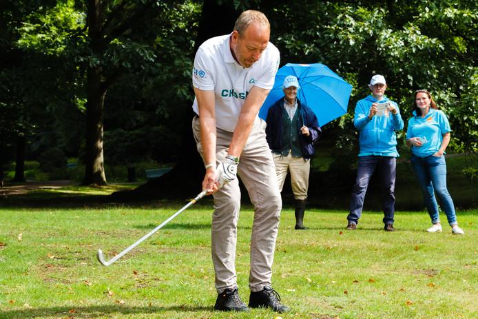 Harry Piekema in actie tijdens zijn openingshandeling van de vijftiende editie van het Sonsbeek Open. De bal zou even later in de vijver belanden.