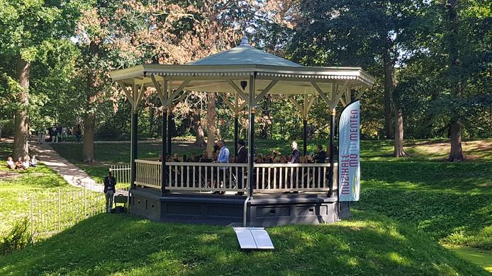 Open Monumentendag in Zaltbommel. De Karel speelt in de muziekkiosk.