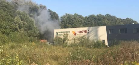 Rookontwikkeling bij brand achter bedrijfspand in Almelo