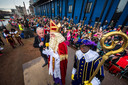 Burgemeester Arjen Gerritsen verwelkomt Sint en Piet in Almelo