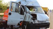 Bestelwagen belandt op zijkant na klapband op E17, bestuurder ongedeerd